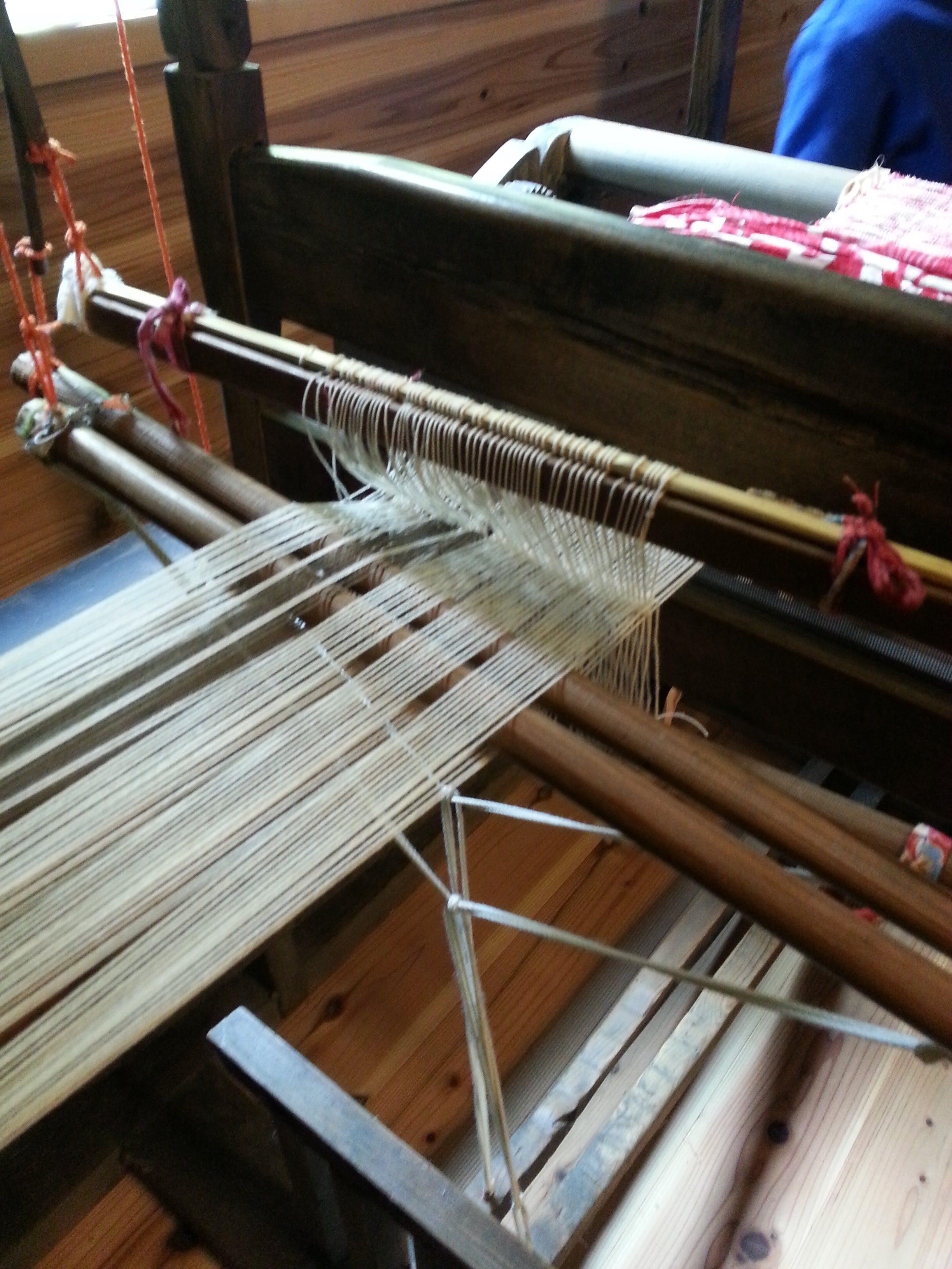 縦糸にかかってる糸の輪も毎回手作業で結んでいく。聞いただけで気が遠くなる。。。
