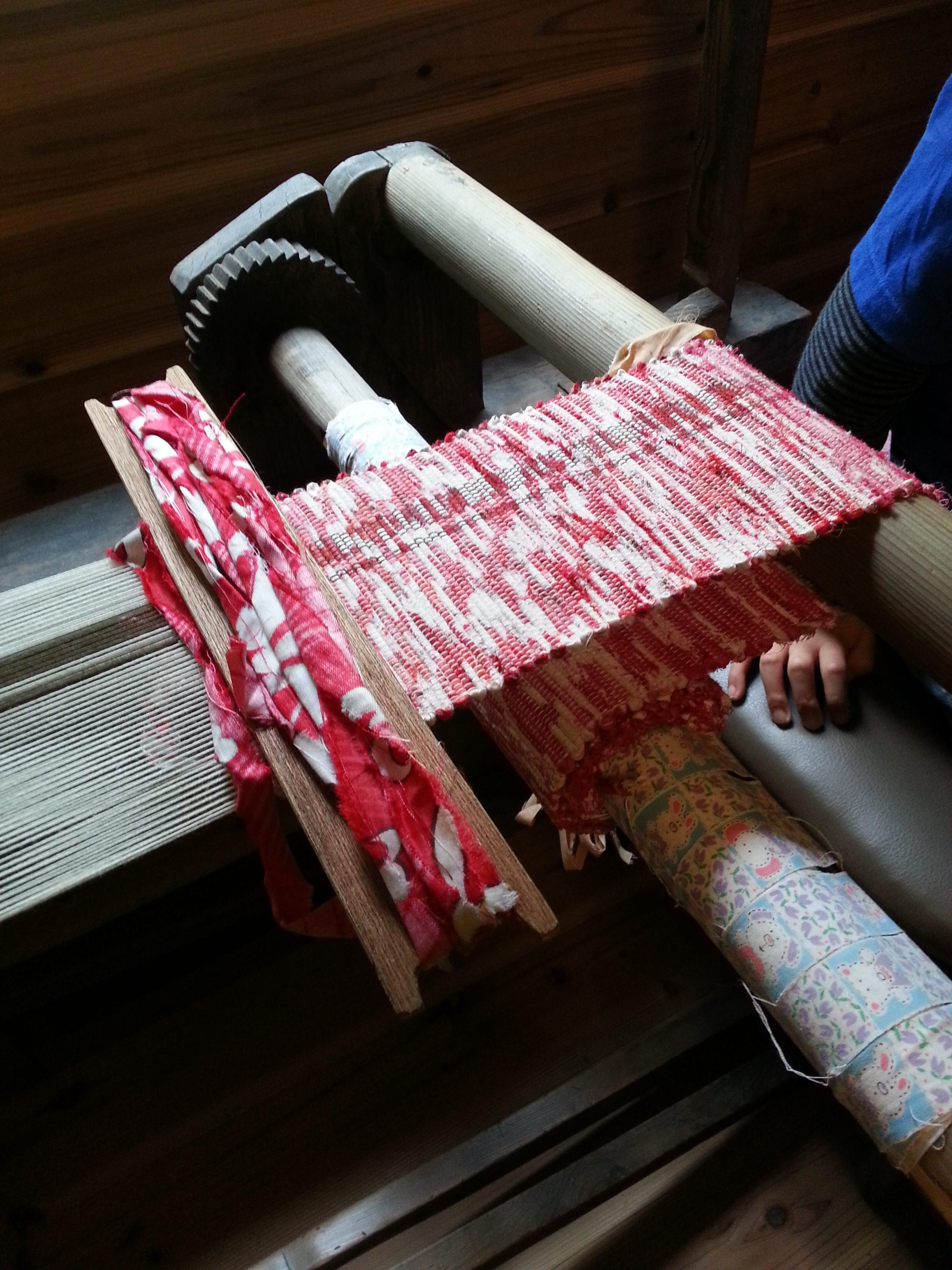 ボロ織りの横糸は古い布を裂いた物。これも通して柄を考えながらねじったりする。